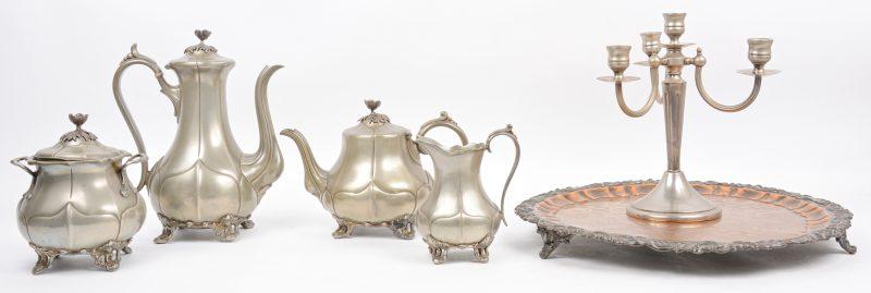 Een vierdelig Engels koffie- en theestel van tin (Brittania metal). Begin XXe eeuw. Op koperen dienblad. We voegen er een drie-armige kandelaar aan toe.