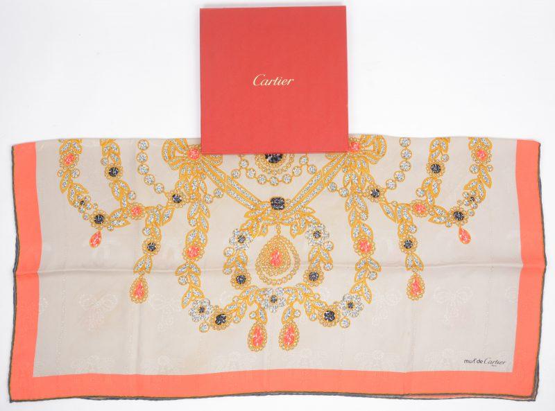 Een zijde foulard in originele doos.