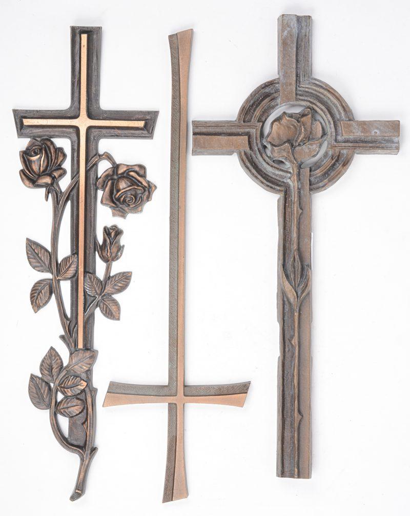 Een lot van drie bronzen kruisbeelden van grafstenen. Medio XXe eeuw.