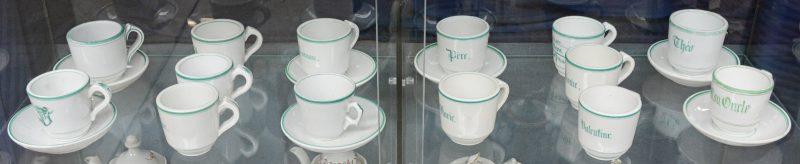 Een lot van veertien kopjes van vieux Paris/ Bruxelles met namen in groen. Met zeven ondertasjes. XIXe eeuw.