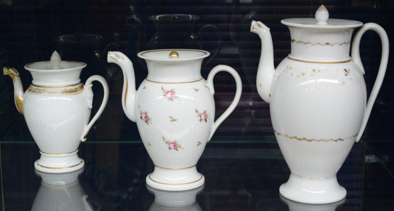 Drie verschillende Louis-Philippe theepotten van Vieux Paris met vergulde motieven. XIXe eeuw.