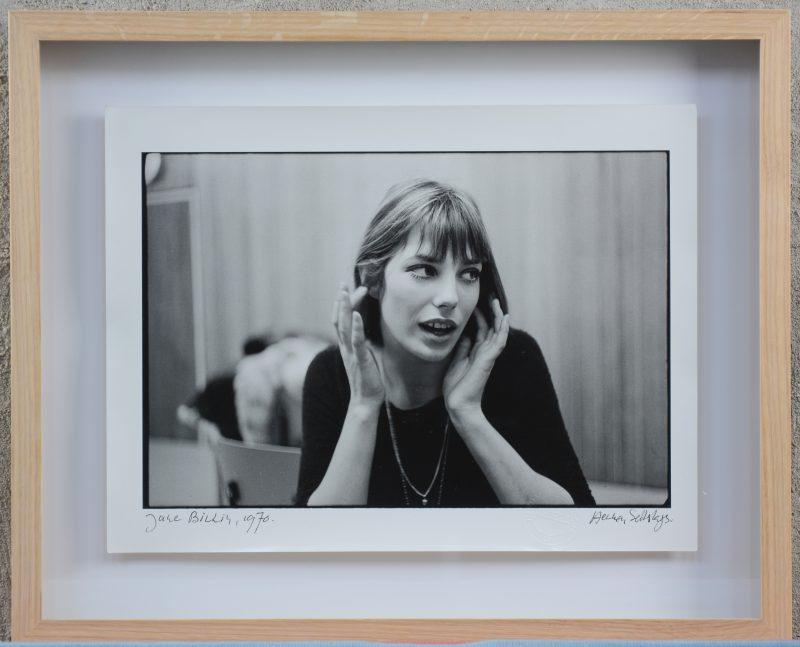 """""""Jane Birkin, 1970"""". Een foto. gesigneerd en gedateerd en met droogstempel."""