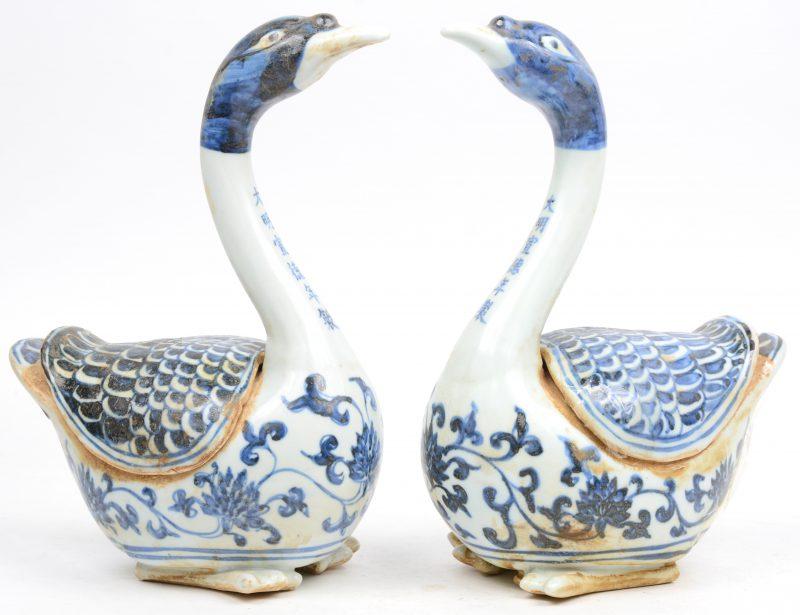 Een paar dekseldoosjes van blauw en wit Chinees porselein in de vorm van ganzen.