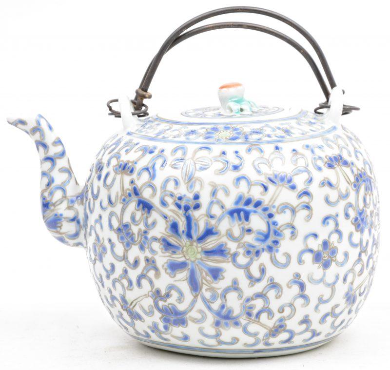 Een theepot van Chinees porselein met een meerkleurig floraal decor. Onderaan gemerkt.