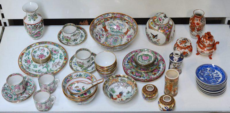 Een gevarieerd lot Japans en Chinees porselein, bestaande uit kopjes, kommetjes en vaasjes.