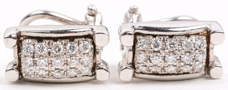 Een paar 18 karaats wit gouden oorbellen bezet met briljanten met een gezamenlijk gewicht van +- 0,60 ct.