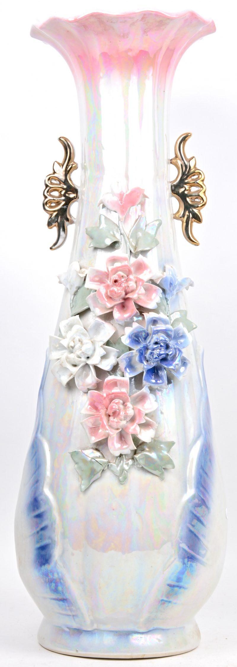 Een vaas van meerkleurig porselein met iriseren glazuur, versierd met bloemen en reliëf.