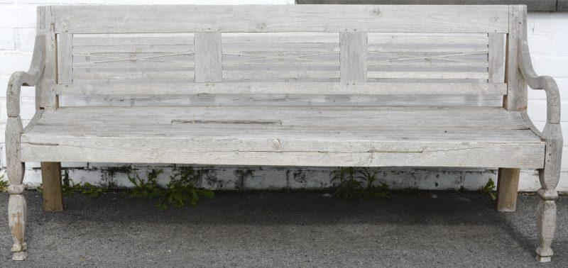 Een brede houten tuinbank.