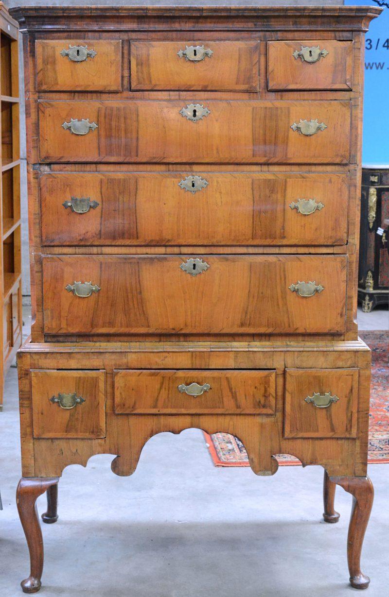 Een gefineerd mahoniehouten Engels meubel met drie kleine en drie grote laden in het opzet en drie in de gordel. XIXe eeuw.