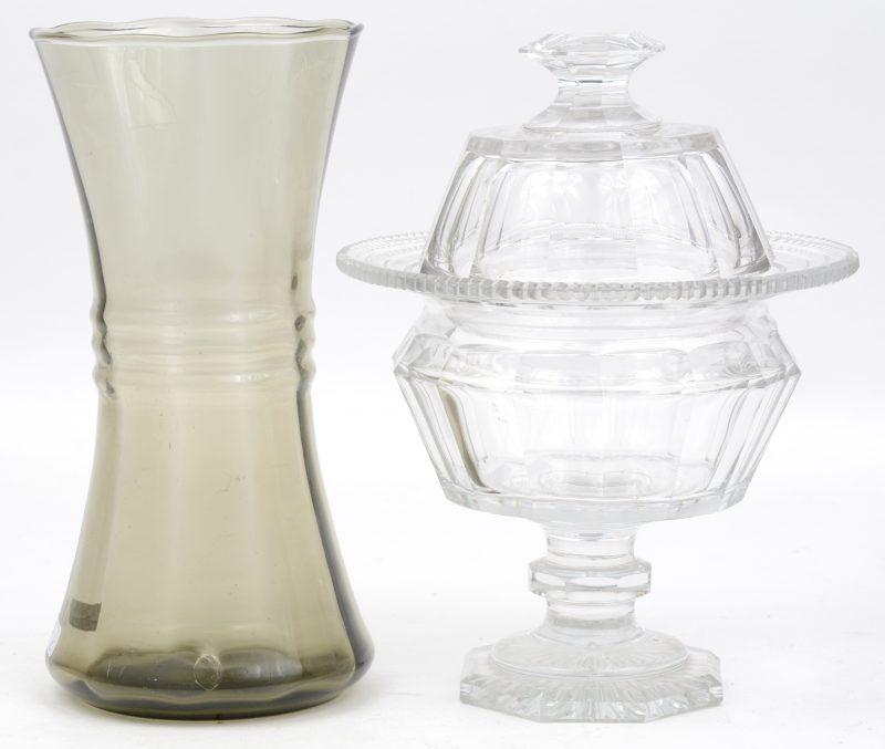 Een ambachtelijk geblazen vaasje van rookglas en een geslepen kleurloos kristallen drageoir.