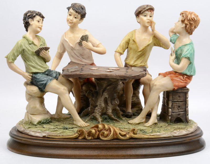 """""""De kaartspelers"""". Een Italiaanse groep van meerkleurig kunststof op houten sokkel."""