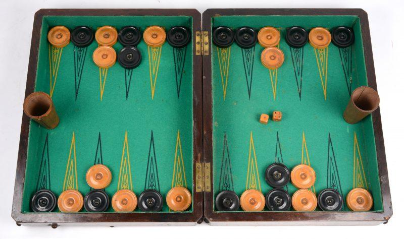 Een backgammon met gedraaide huten schijven en benen dobbelstenen.