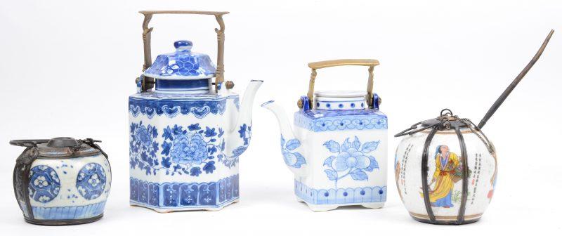 Vier diverse Chinese potjes van aardewerk en porselein. Messingen monturen.