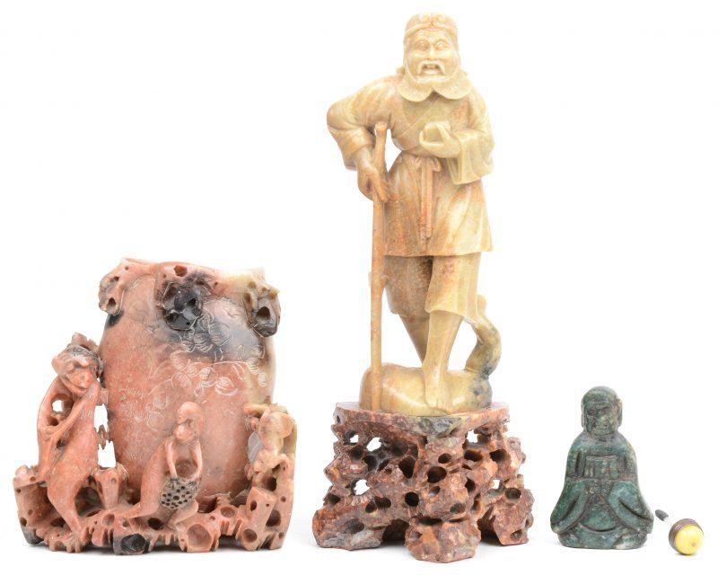 """Drie beeldjes: """"de apenkoning"""" en """"Li Tigu"""" in speksteen en een groene stenen snuffbottle."""