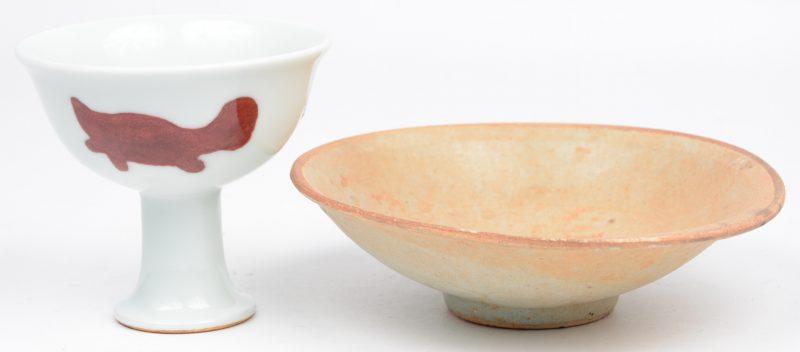 Een Chinees aardewerken schaaltje naar de Tang-dypnastie en een steelkopje met drie vissen naar de periode Xuande met dito merk.