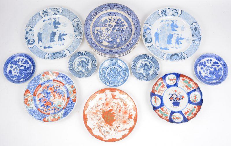 Veertien diverse blauw en witte borden en bordjes, Imari bordjes en een melk-en bloed bordje. Chinees, Japans en Engels.