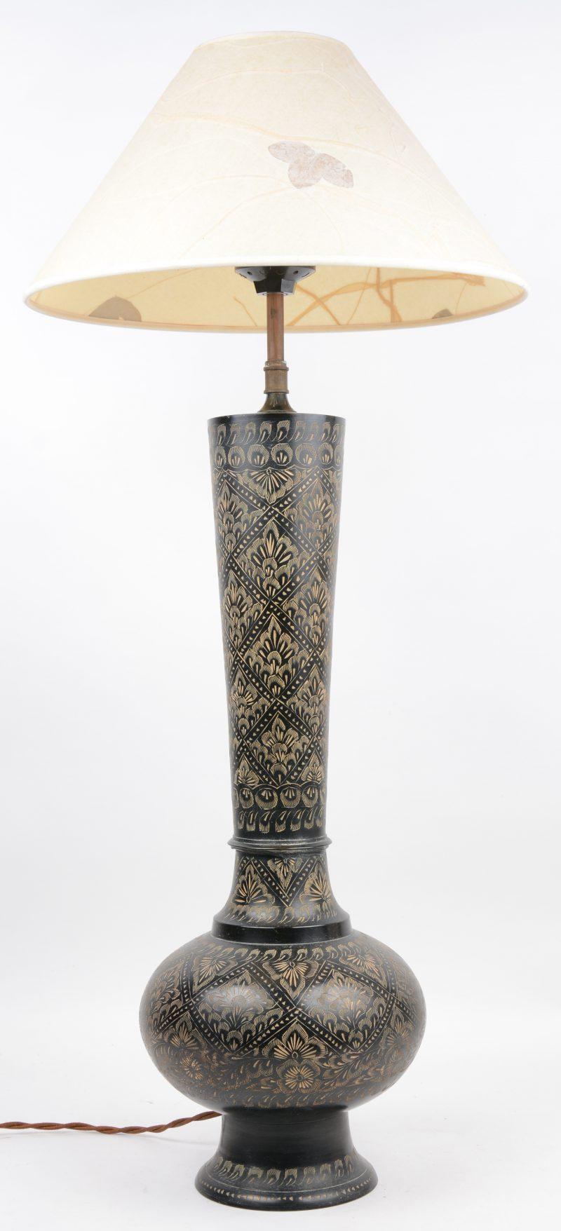 Schemerlamp met kap in batik en met voet uit Iran.