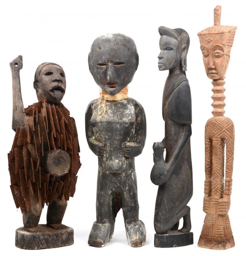 Vier personages van gebeeldhouwd hout. Afrikaans werk.