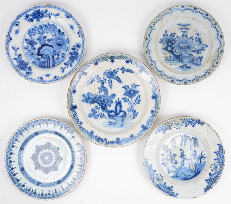 Vijf verschillende borden van Delfts aardewerk met blauw op witte decors. XVIIe; XVIIIe & XIXe eeuw. Diverse restauraties.