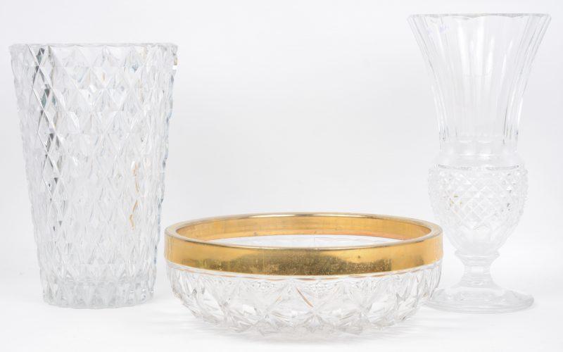 Een vaas, een vaas op voet en een schaal van geslepen kleurloos kristal, waarbij de laatste met messingen montuur. Allen gemerkt. Onderaan. De eerste met minieme randschilfer.