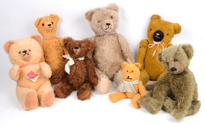 Een lot van zeven verschillende teddyberen, waarbij één met opwindbaar mechanisme met muziek. De oudere exemplaren met lichte slijtage.