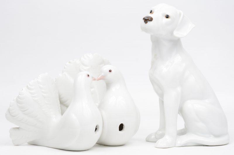 """""""Tortelduiven"""" & """"Labrador"""". Twee porseleinen beeldjes, waarbij het eerste gemerkt van Lladro."""