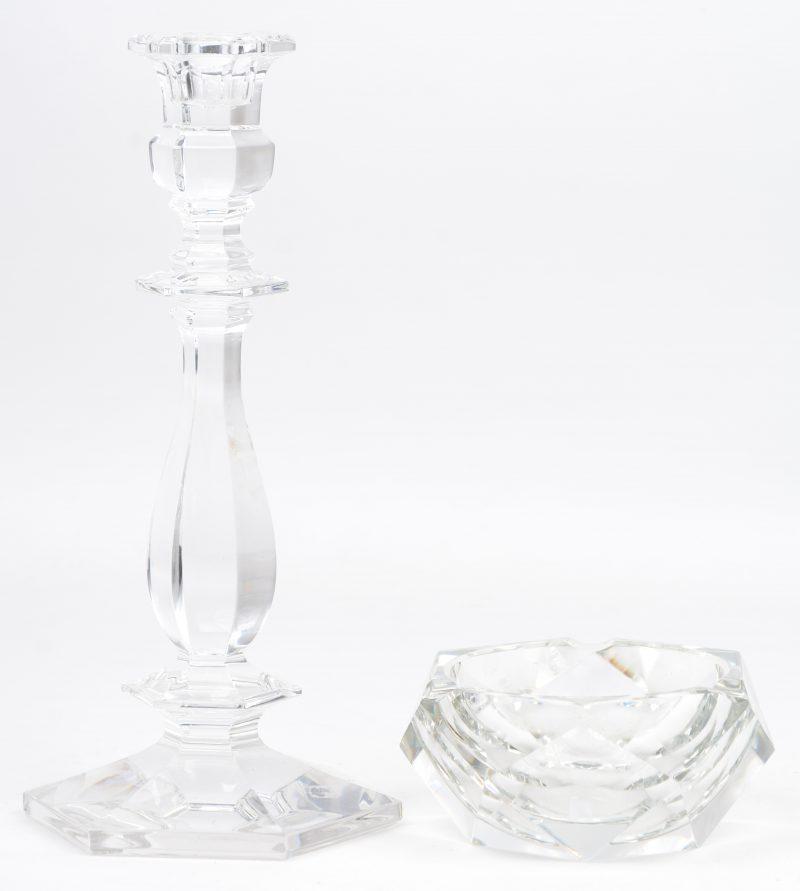 Een zeshoekige kandelaar en asbak van geslepen kleurloos kristal. Beide gemerkt.