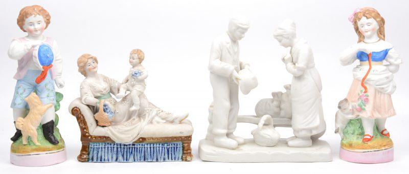 Een lot biscuit, bestaande uit een groepje met een man en vrouw met kruiwagen, een jongetje met hond en meisje met kat en een groepje van een moeder met kind op chaise-longue. De laatste met barst achteraan.
