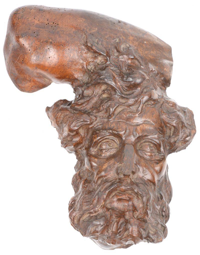 Een bebaard mannenhoofd van gebeeldhouwd hout als wandversiering.