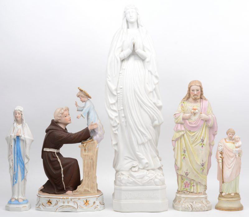Een lot heiligenbeelden van biscuit, bestaande uit een groot en een klein mariabeeld, een Christus Heilig Hart, een St. jozef met kind en een Sint-Antonius met jezus.