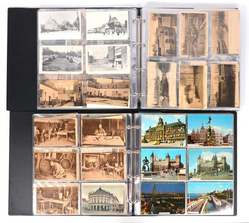 Twee albums met oude postkaarten van Antwerpen. 624 stuks.