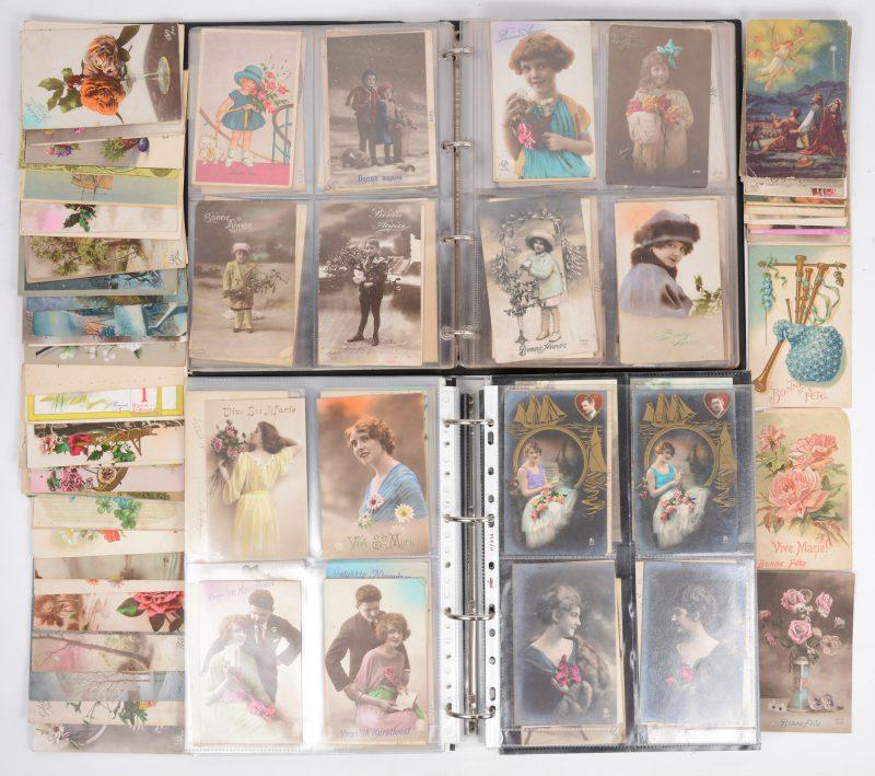 Een lot van 528 oude wenskaarten in twee albums plus 71 losse kaarten.
