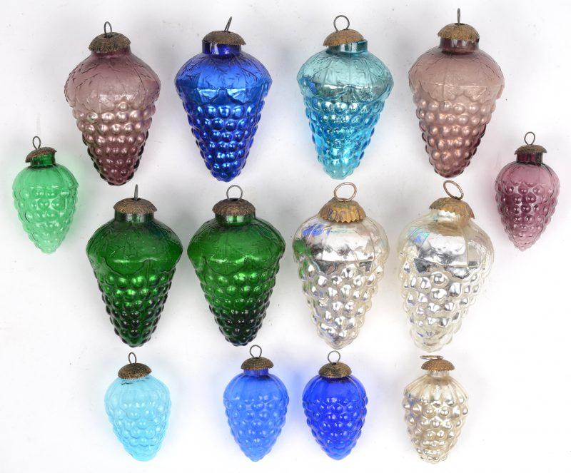Een lot oude glazen kerstversieringen in de vorm van druiventrossen, bestaande uit acht grote en zes kleine.