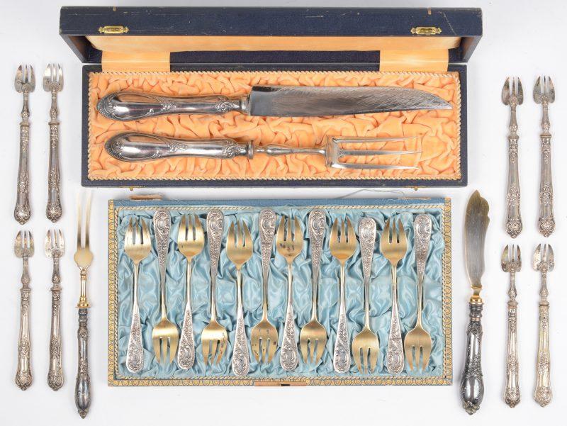 Een lot zilver bestaande uit 12 oestervorkjes, keuren van Stellamans, 8 oestervorkjes met Franse keuren 2de gehalte en vier stuks voorsnijbestek met o.m. keuren voor 800/1000.
