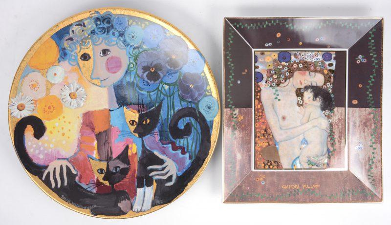 Artis Orbis. Een rechthoekige schotel met een afbeelding naar Klimt, genummerd 383/1500 en een ronde schotel met een afbeelding naar Rosina Wachtmeister, genummerd 985/1000.