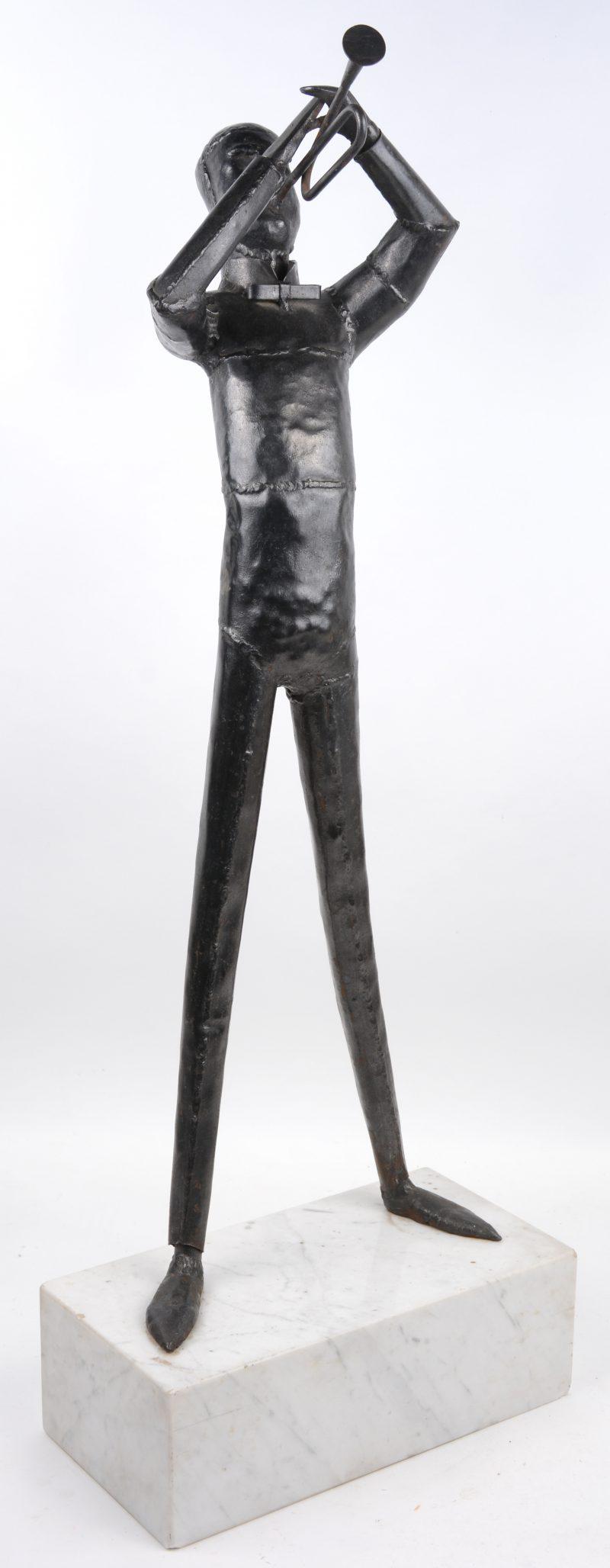 """""""Trompetspeler"""". Metalen beeld op marmeren voetstuk."""