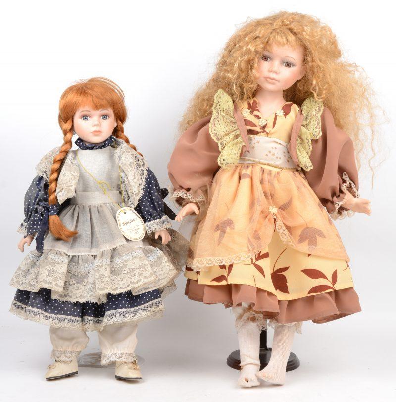 Twee poppen met porseleinen hoofd en handjes, waarbij de kleinste gemerkt van Alberon. Op staanders.