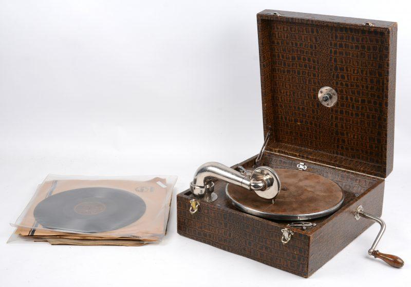 Een Pathé koffergrammofoon met acht platen.