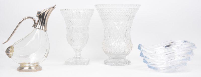 Een lot kleurloos kristal, bestaande uit twee verschillende vazen op voet, een designschaaltje en een snavelkan met verzilverd montuur. De grootste vaas met randschilfer.