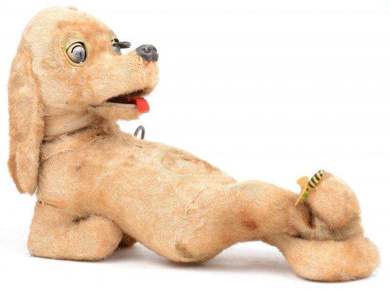 Een oud hondje met automaat. Made in Japan. Slijtage.