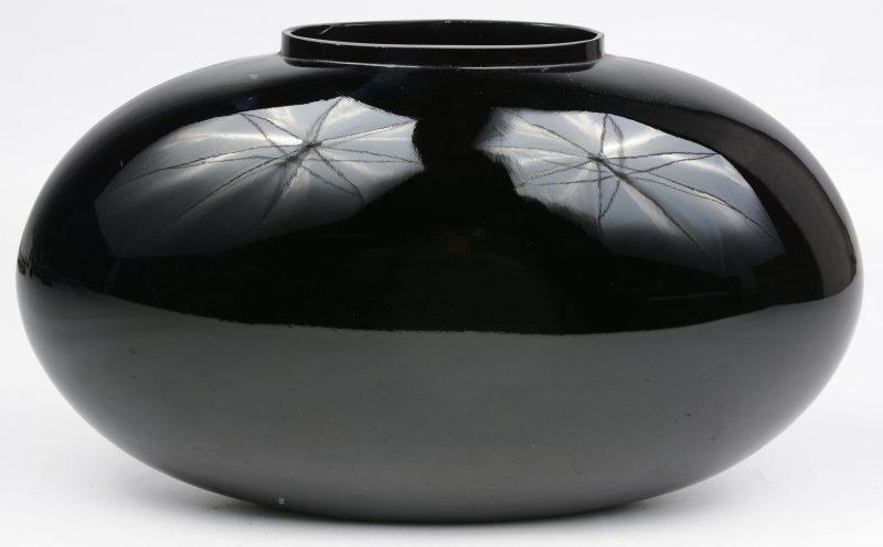 Een ovale vaas van zwart glas. Omstreeks 1950.