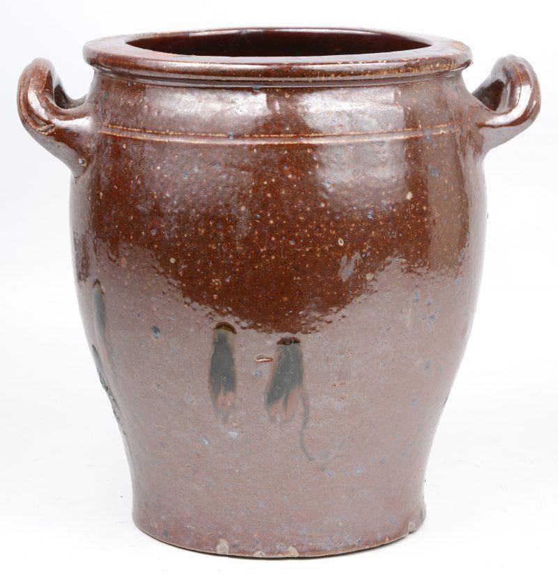 Een pot met twee oren van steengoed met bruin glazuur.