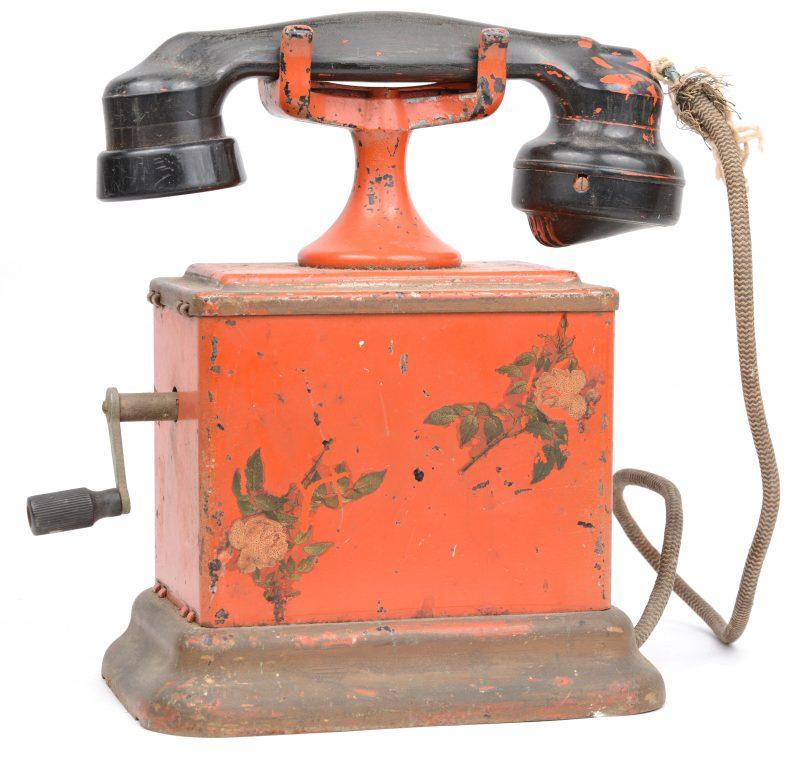 Een oude telefoon. Rood gelakt. Slijtage.