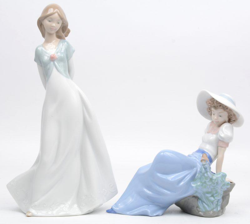 """""""Jonge dames"""". Een paar beeldjes van meerkleurig Spaans porselein. Beide gemerkt onderaan."""