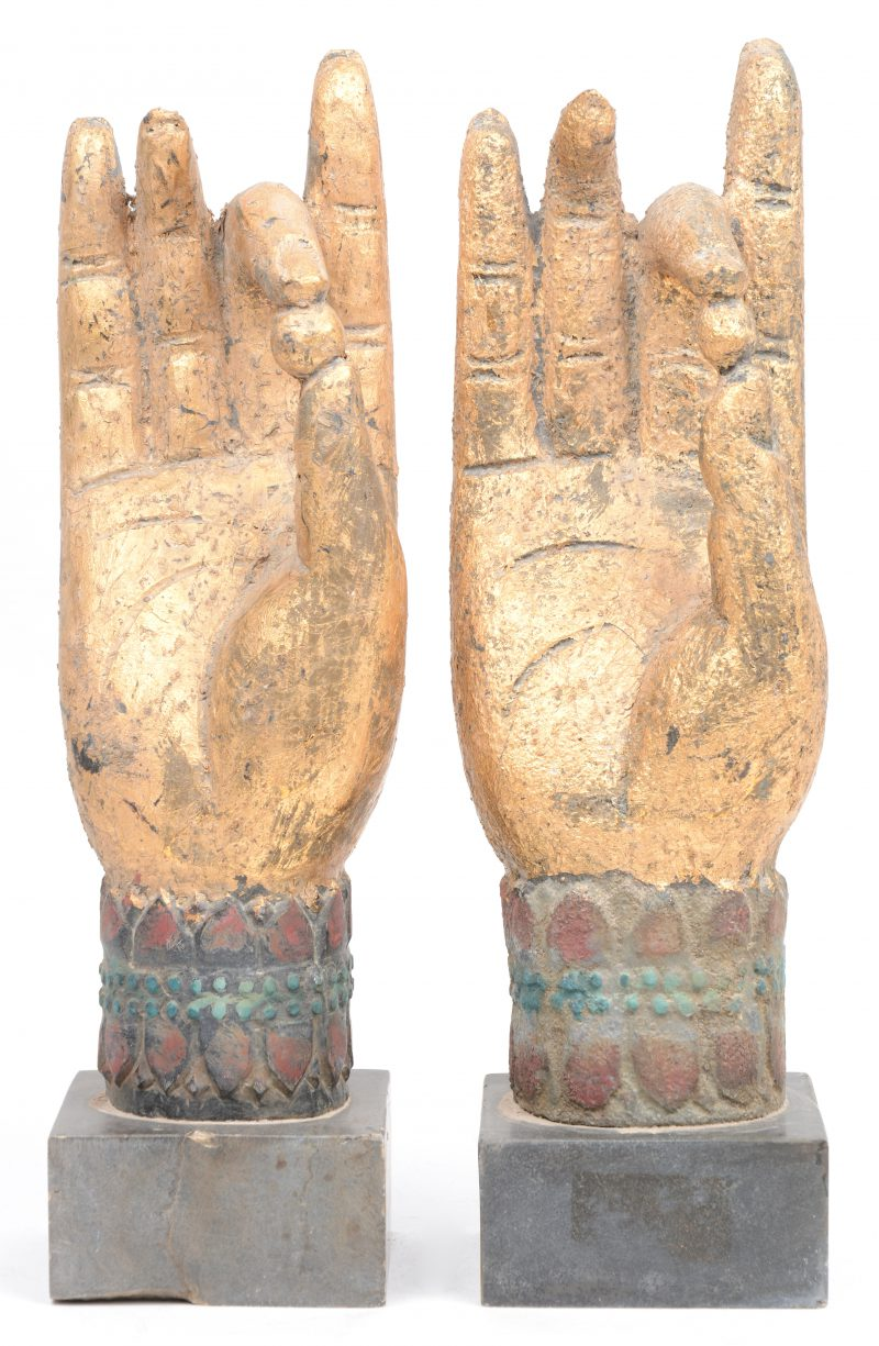 Een paar gepolychromeerd stenen Boeddha-handen in 'vitarka-mudra'.