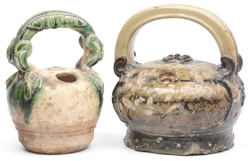 Een paar Aziatische kruikjes van geglazuurd aardewerk met handvat.