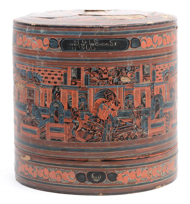 Een antieke gelakte Chinees rieten lunchbox. beschadigingen aan de lak.