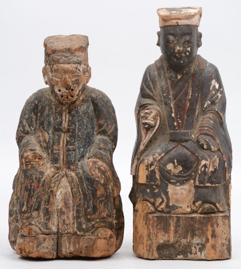Twee antieke Aziatische houten voorouderbeelden met wensvakje in de rug. Sporen van kleibekleding en polychromie. Met waszegel achteraan (exportzegels?).