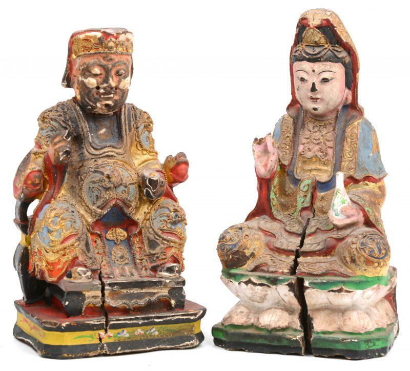 Een paar antieke gepolychromeerde houten Boeddhistische beeldjes.