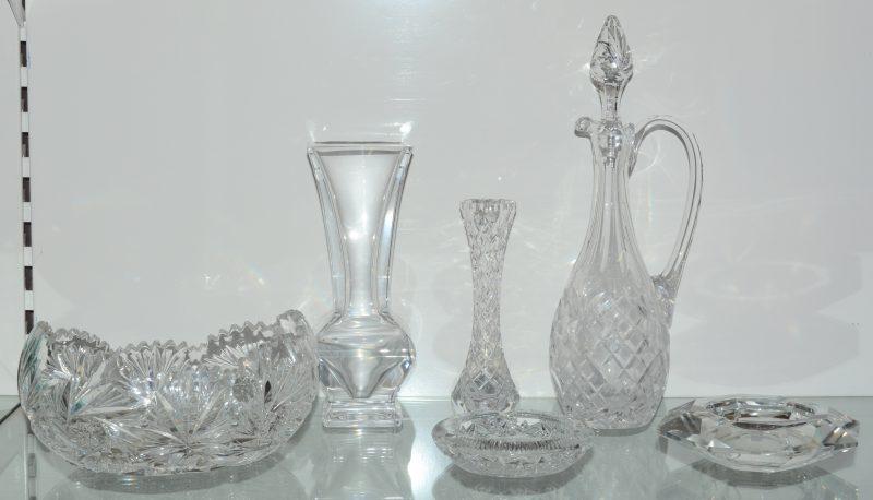 Een lot geslepen kleurloos kristal, bestaande uit een karaf, twee vazen, een schaal, een coupe en twee asbakken.
